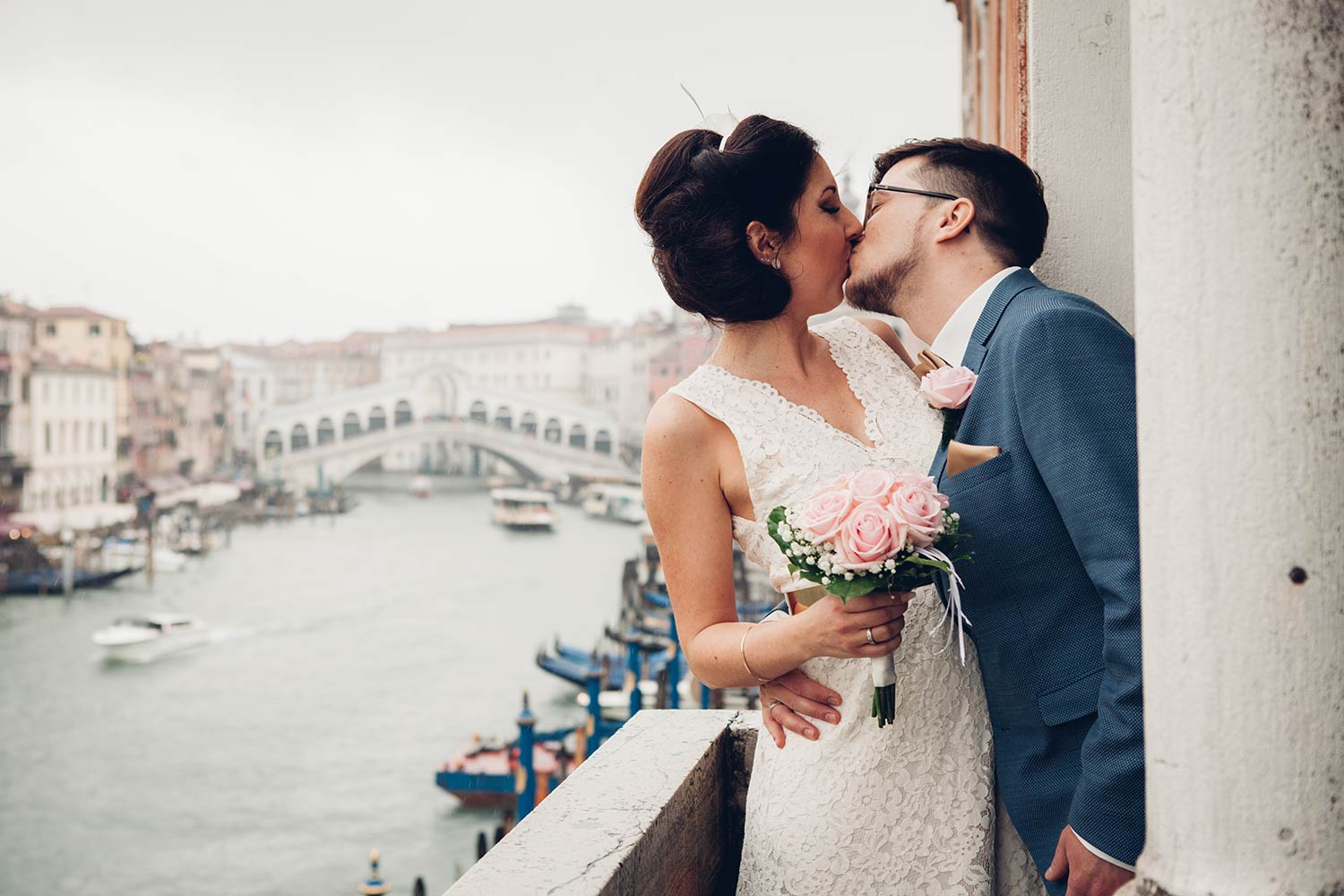 Kiss overlooking the Grand Canal