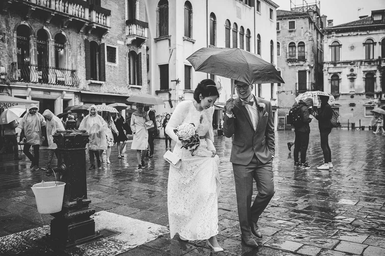 Sotto la pioggia verso Palazzo Cavalli a Venezia